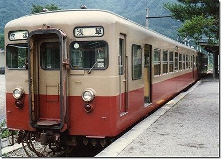 新藤原駅ホームと6000系浅草行き快速電車